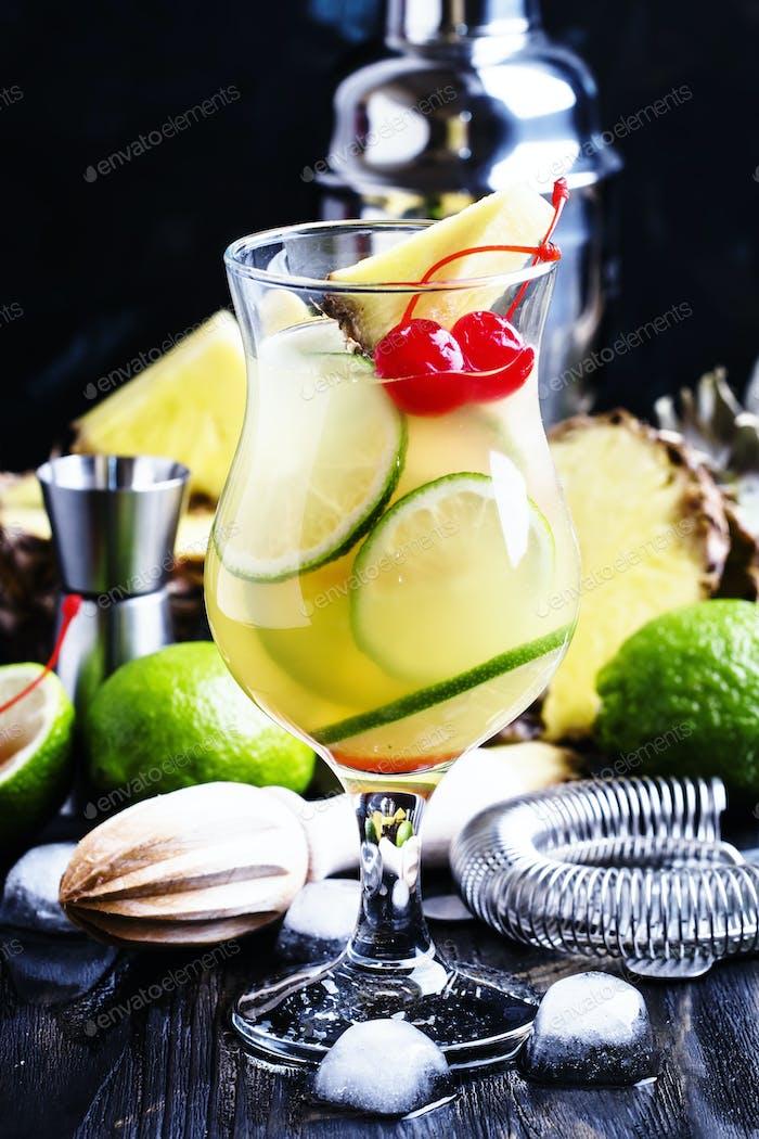 Sommercocktail mit Ananas, Limette und Brandy