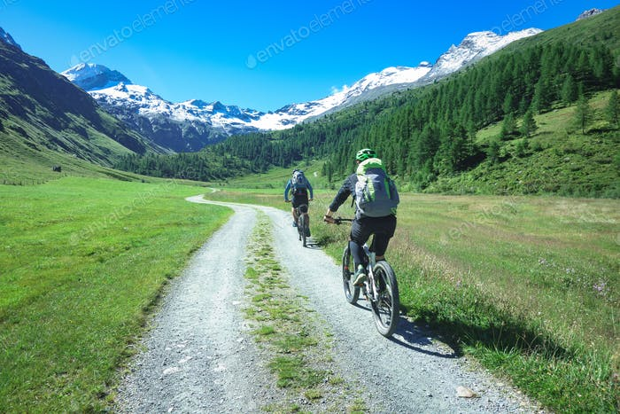 Cyclists with mountain bikes