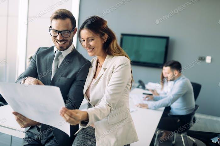 Bild von Geschäftskollegen, die im Büro sprechen