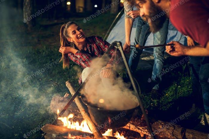 Camping divertido alrededor del fuego