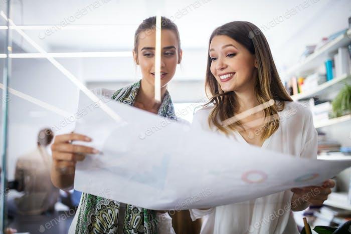 Kreative Geschäftsleute arbeiten an Business-Projekt