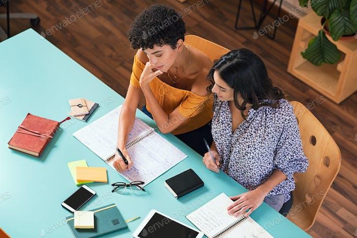 Студенческие друзья учатся вместе