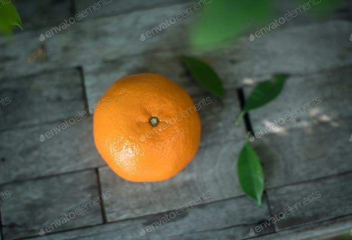 Orange auf einem hölzernen Hintergrund Ansicht von oben Freier Speicherplatz für Text.