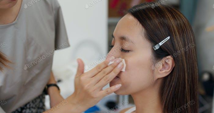 Frau mit Make-up von Künstler im Atelier
