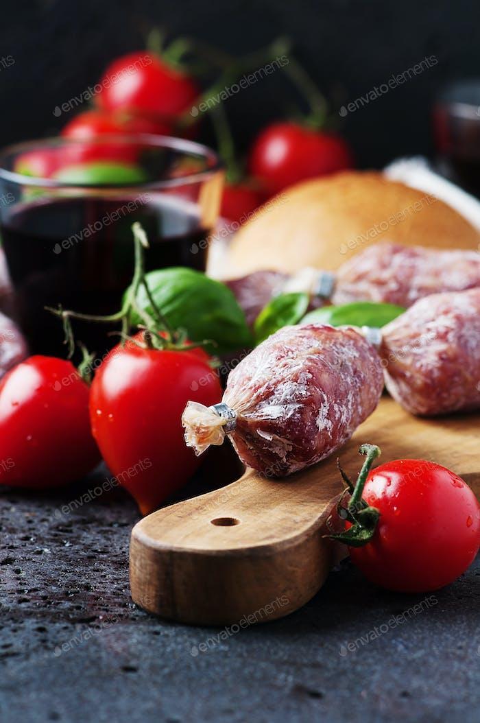 Köstliche italienische Salami auf dem Tisch