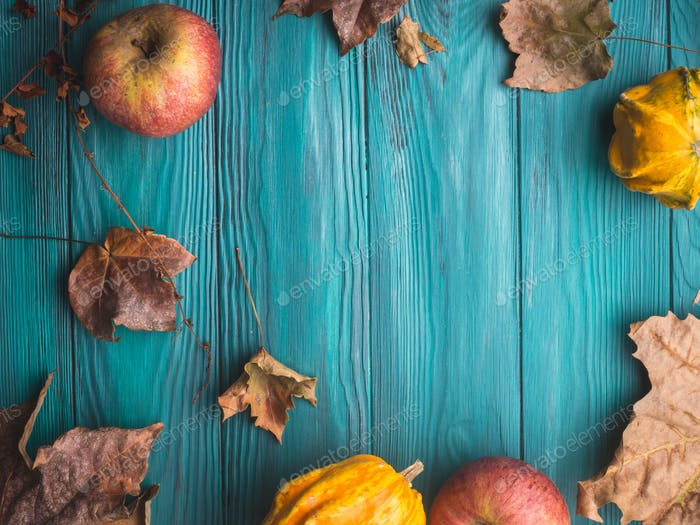 Grüner Herbsthintergrund mit Kürbis, Blättern