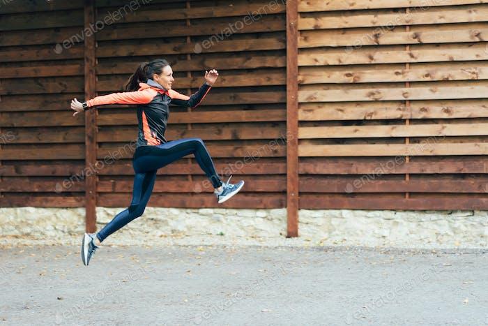 Sportlerin in einem Hochsprung. Sport als Lebensform. Trainieren Sie draußen.