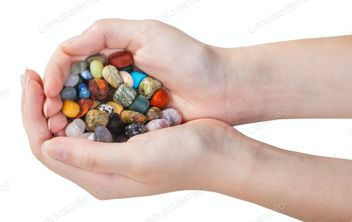 viele verschiedene Edelsteine in Handvoll isoliert