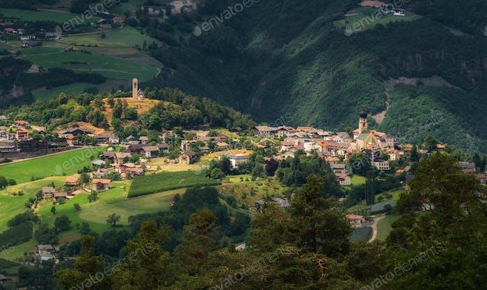 Dorf in den italienischen Dolomiten