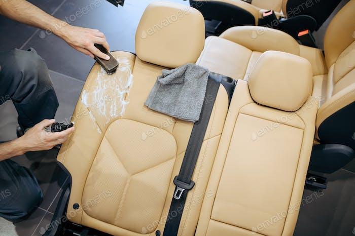 Arbeiter mit Bürste und Sprühtücher Autositz