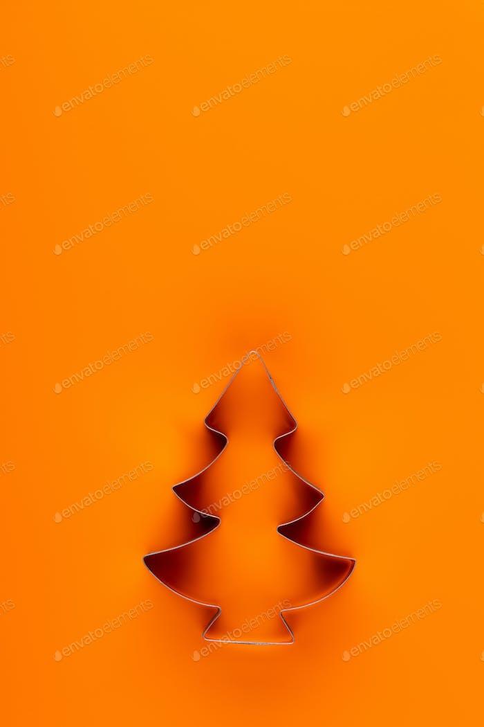 Weihnachtsdeko, Tanne auf orangefarbenem Hintergrund.
