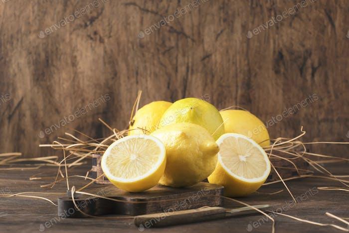 Saftige Zitronen auf rustikalem Küchentisch