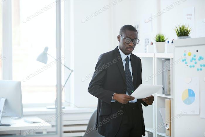 Geschäftsmann arbeitet mit Papieren