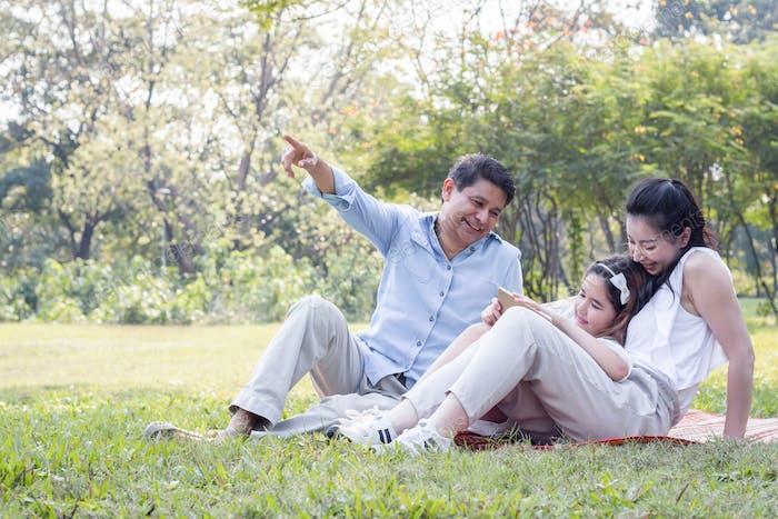 Familia asiática en el parque.
