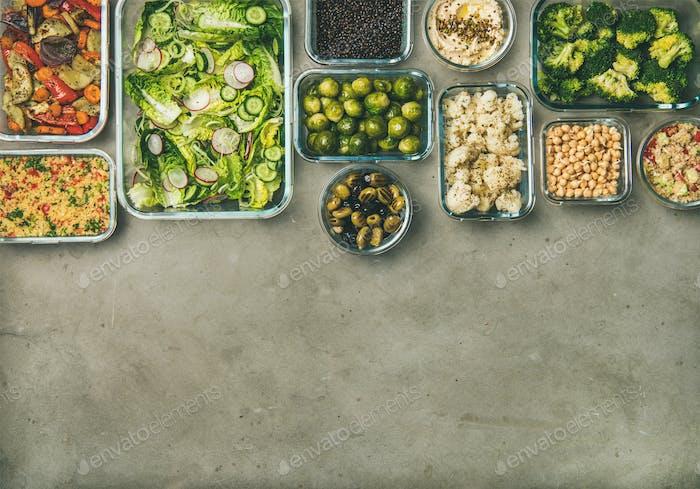 Verschiedene gesunde vegane oder vegetarische Gerichte in Behältern, Kopierraum
