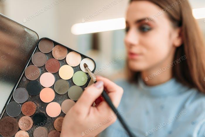 Professionelle Kosmetikerin Arbeit mit Frau Gesicht