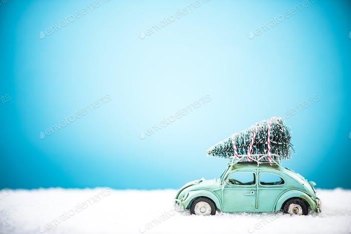 Vintage Spielzeug Auto tragen Weihnachtsbaum im Schnee