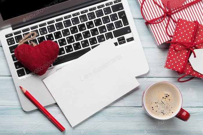 Arbeiten am Laptop und Verpacken von Geschenken