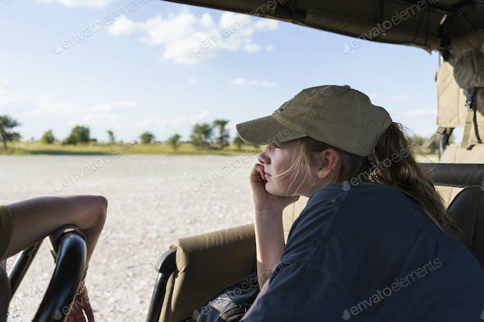 Ein Teenager-Mädchen in einem Safari-Fahrzeug