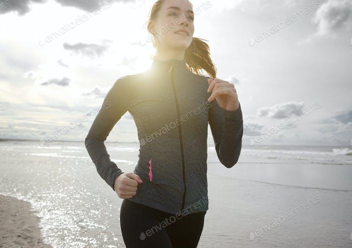 Frau joggen im freien am Strand