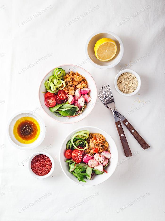Frischer Salat mit Couscous, Tomaten, Gurken, Rettich und Mangold.