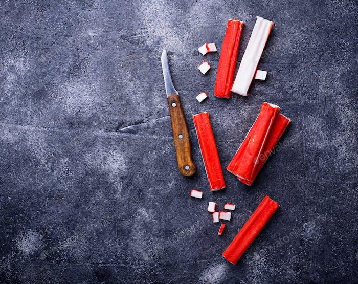 Krabbenstäbchen Surimi und Messer