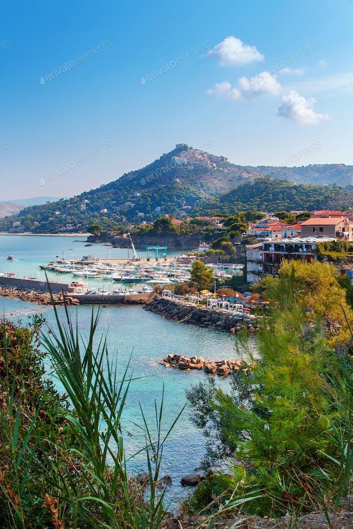 Panoramablick auf Castellabate und die Küste, Provinz Salerno, Kampanien, Süditalien