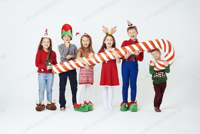 Kinder mit künstlicher Zuckerstange