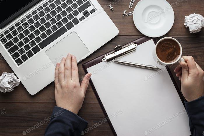 Geschäftsfrau am Bürotisch mit Computer