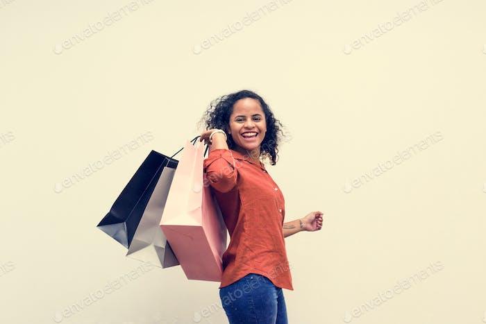 Mujer disfrutar de compras en el fin de semana