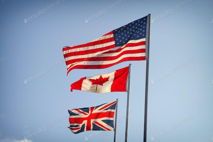 Amerikanische Flagge, Kanadische Flagge und Flagge von Großbritannien