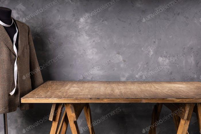 деревянный стол и костюм или пиджак