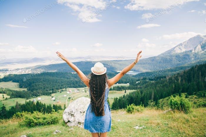 lange Haare Frau Reisen in Bergen Landschaft Rückansicht