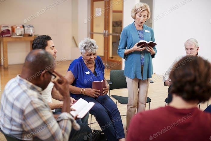 Personen, die an der Bibel studieren oder Buch Gruppe Meeting im Community zentrum teilnehmen