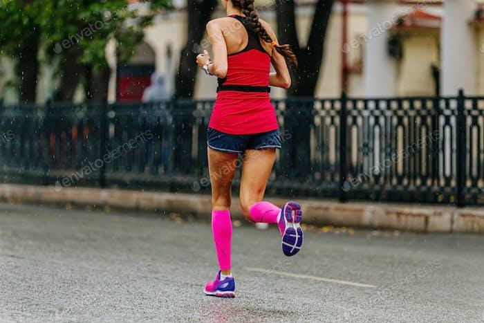 Mädchen Läufer in Kompressionssocken laufen