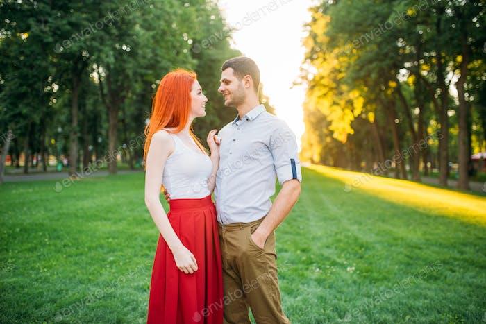 Romantisches Date, Liebespaar umarmt zusammen