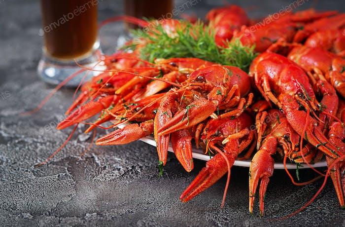 Krebse. Rote gekochte Crawfische auf dem Tisch im rustikalen Stil, closeu