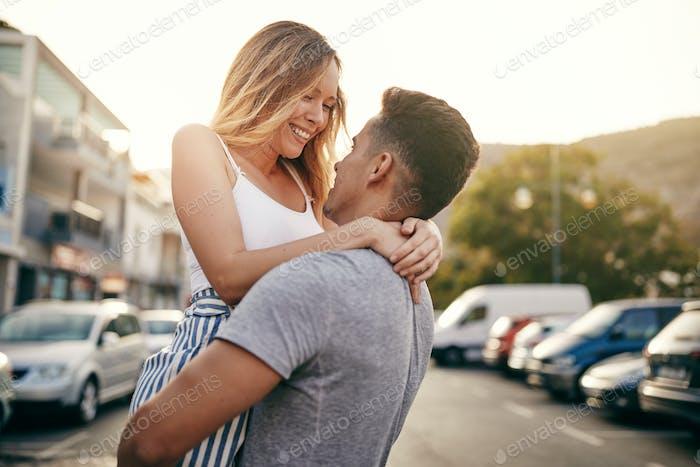 Lächelnd junges Paar teilen einen romantischen Moment in der Stadt