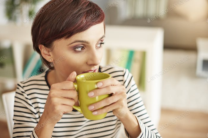 Bebiendo café y mirando hacia otro lado