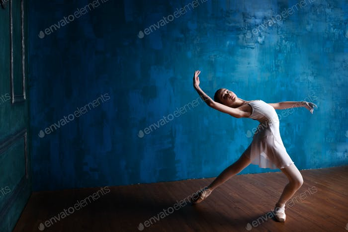 Teenager-Ballerina im Studio