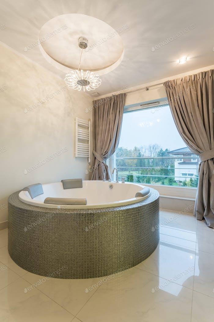 Bathtroom with oval bathtub