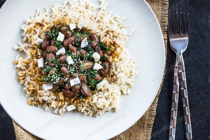 Brauner Reis mit Kidney Bohnen. Gesundes Mittagessen