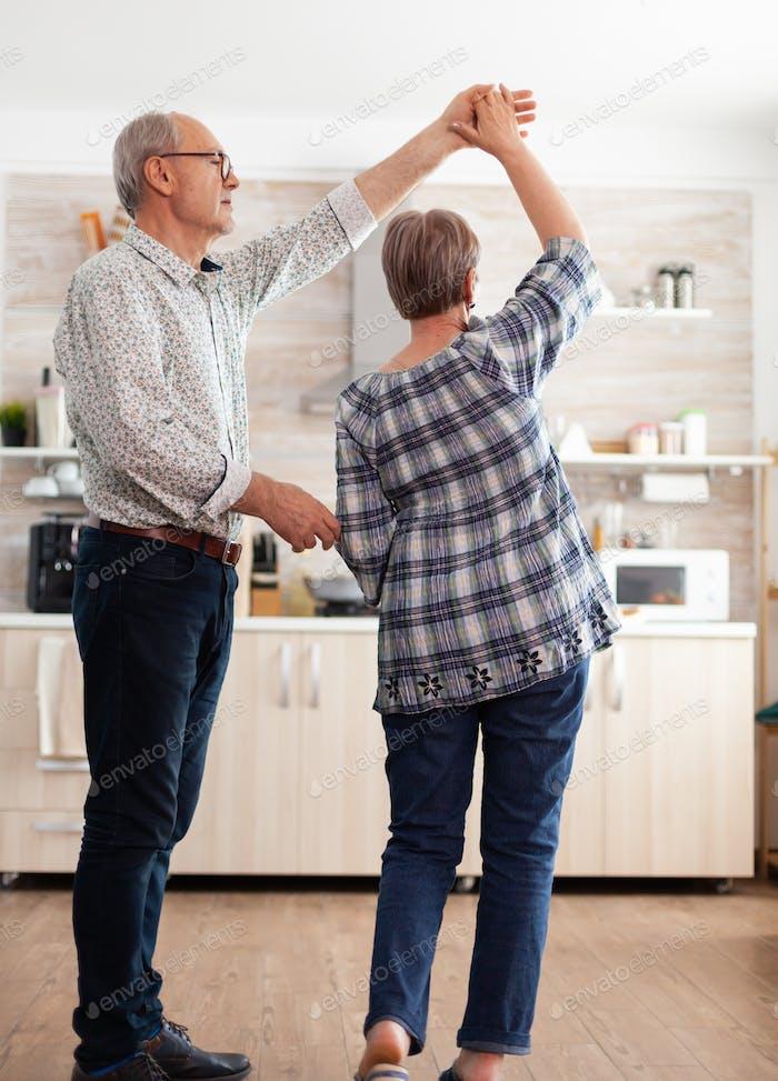 Altes Paar inlove tanzt in der Küche