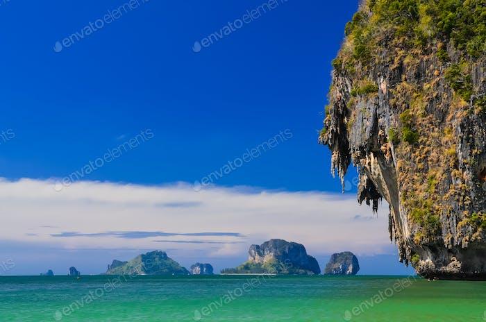 Meeresküste Landschaft mit Klippen und Inseln an der Andamanensee
