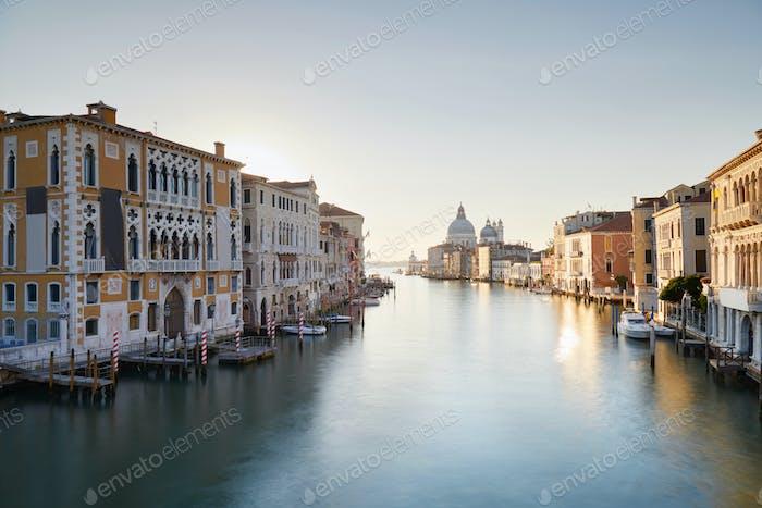 Venedig, Canal Grande bei Sonnenaufgang mit Santa Maria of Health Basilika in Italien