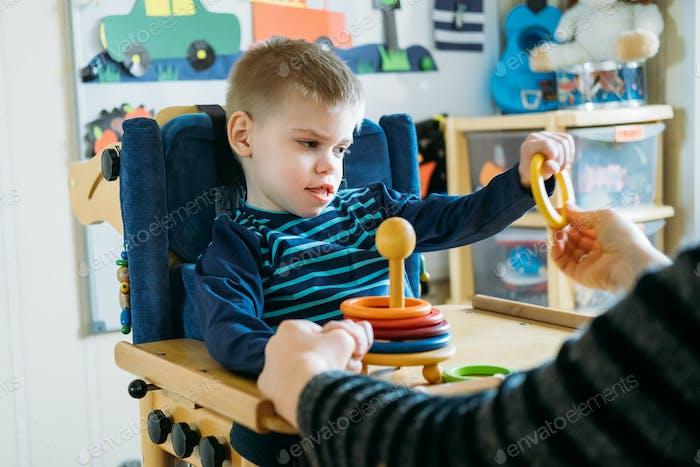 Aktivitäten für Kinder mit Behinderung. Vorschulaktivitäten für Kinder mit besonderen Bedürfnissen. Boy