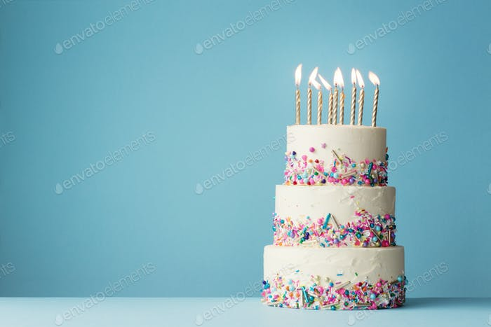 Tiered Geburtstagskuchen mit Streuseln