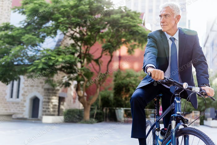 Exitoso Empresario montando bicicleta