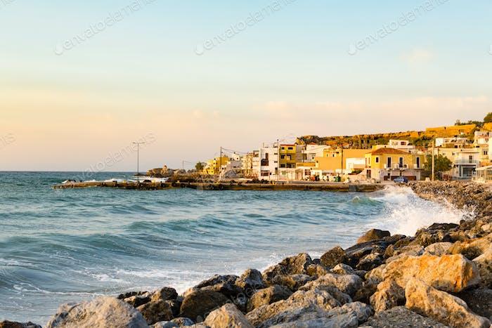 Inspirierender schöner Sonnenaufgang in der griechischen Stadt Paleochora