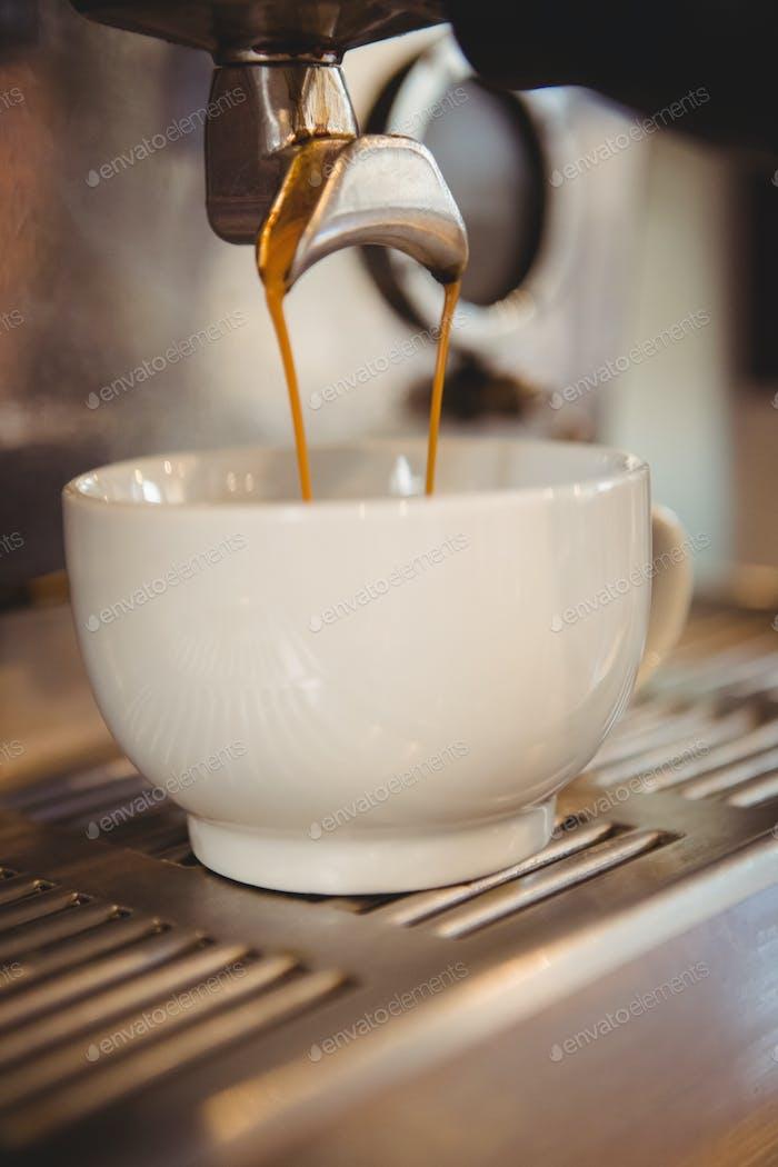 Máquina de hacer una taza de café en una cafetería